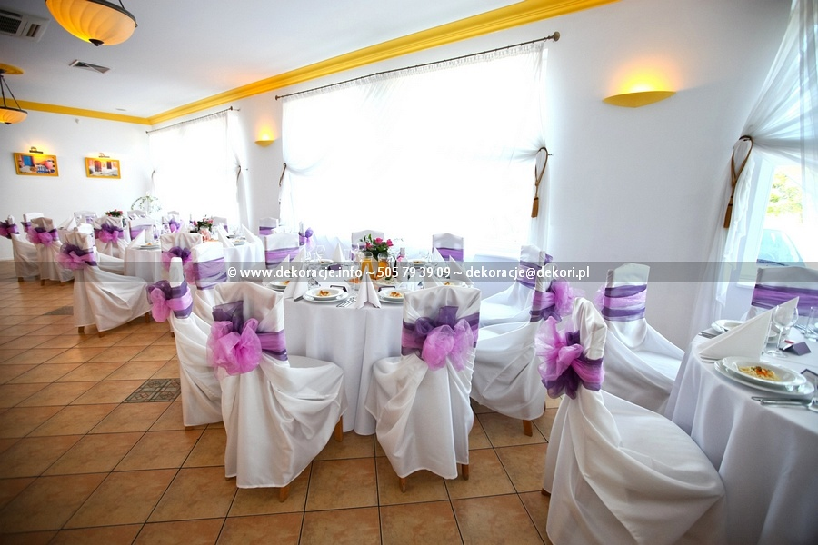białe pokrowce okrągłe stoły wesele