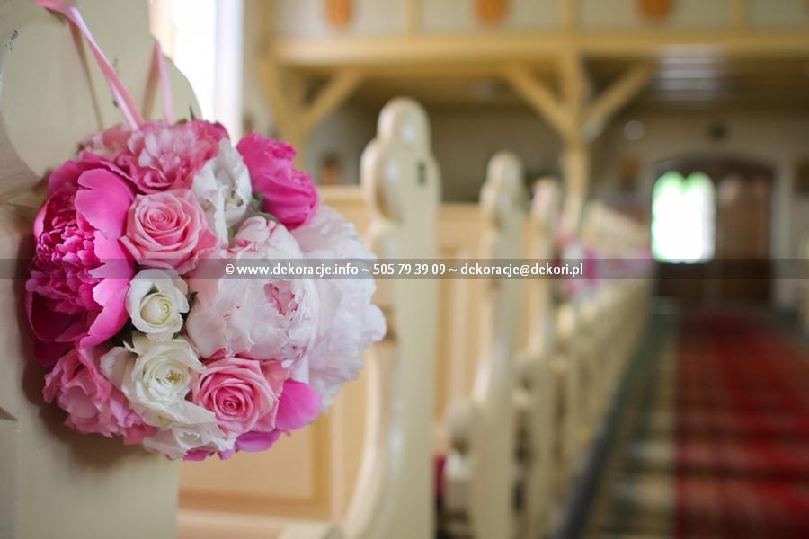 kule kwiatowe dekoracja w kościele