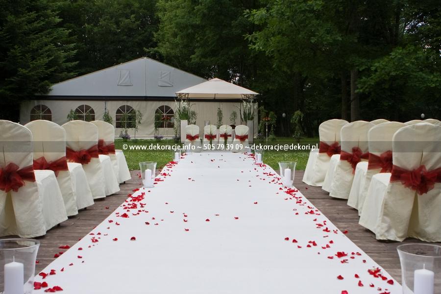 biały dywan na ślub w plenerze