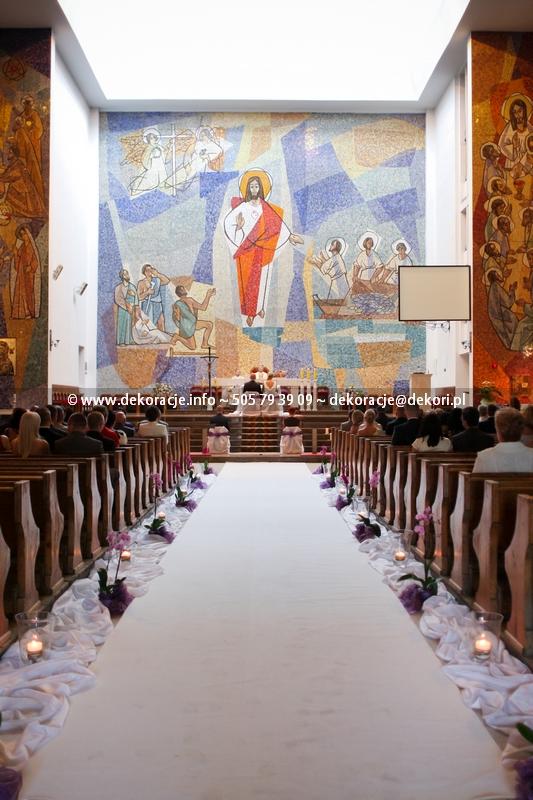 zdjęcie białego dywanu w kościele