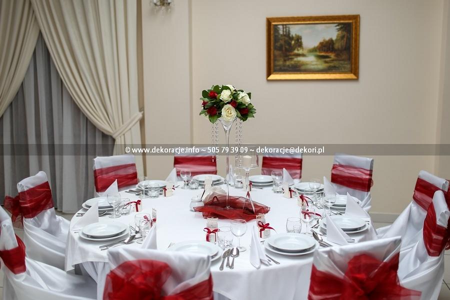 bordowe dodatki ślubne na stół