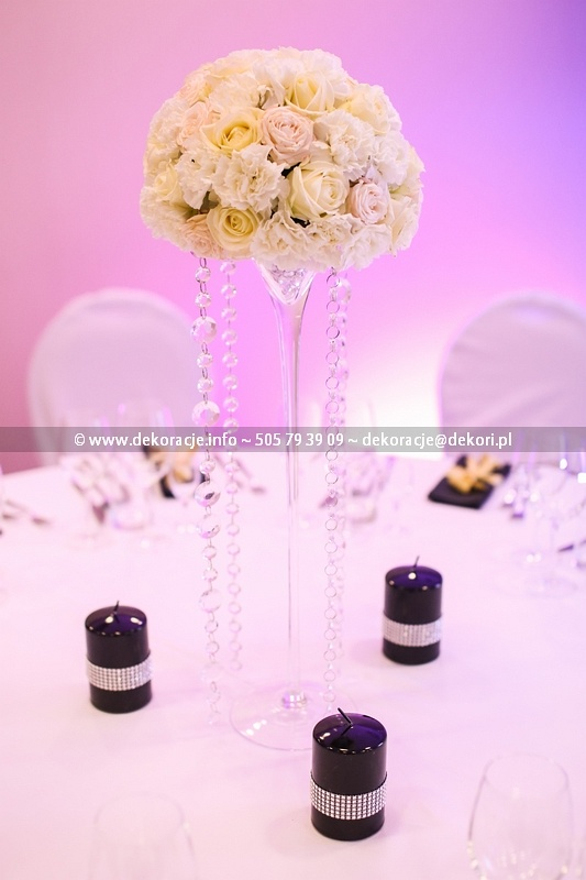 girlandy z kryształkami przy kwiatach