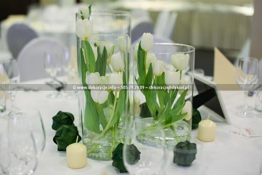 kwiaty w szklanych tubach